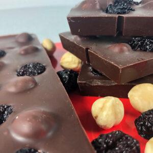 Tablete-ciocolata-neagra-alune-de-padure-si-cirese